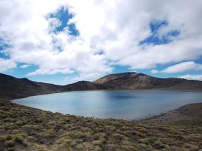Der klare Blue Lake liegt ruhig auf einem der Gipfel