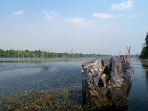 Der Weg zu Neak Pean führt auf einem langen Steg über einen See