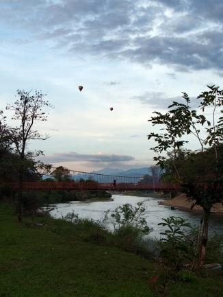 Heißluftballons über dem Nam Song