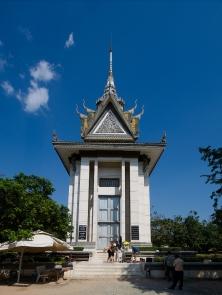 Die Stupa beherbergt die Gebeine zahlloser Opfer