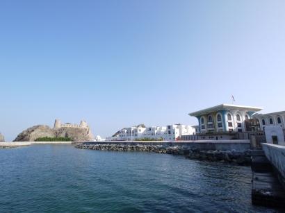 Die Fassade des Al-Alam-Palasts erinnert an Golf Tees
