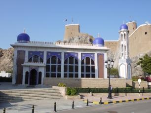 Die Khor-Moschee bringt etwas Farbe ins Stadtbild