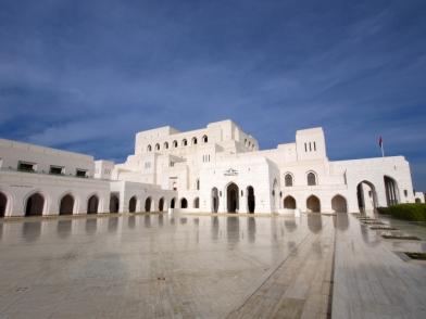 Das Royal Opera House Muscat mit Vorplatz aus poliertem Marmor