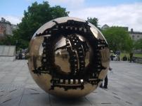 Eine sphärische Skulptur ziert die Terrasse des Trinity College