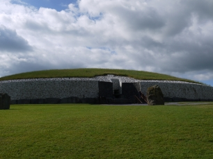 Das Hügelgrab von Newgrange beeindruckt mit seinen Ausmaßen.