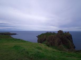 Dunnottar liegt auf einem Felsen in der Nordsee.