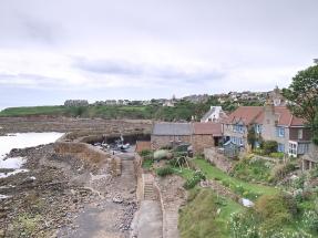 Der kleine Hafen von Crail ist bei Ebbe nahezu ausgestorben.