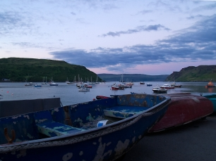 Die kleinen Boote im Hafen warten auf ihre Fischer.