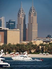 Typische Marina-Sicht: Yachten und Hochhäuser.
