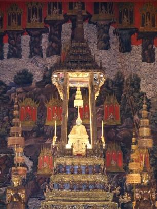 Der Emerald Buddha besteht eigentlich aus Jade.
