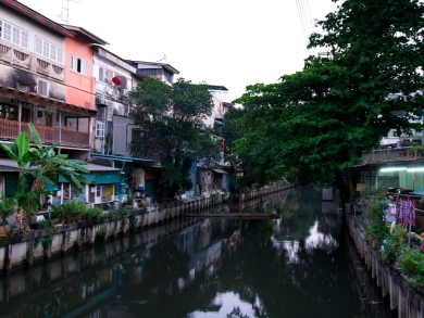 Der krasse Gegensatz: Ruhige Straßen und nette kleine Häuser.