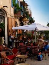 Die vielen Straßencafés sind voller Leben.